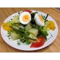 Salade de pommes de terre, tomates, emmental, haricots, œuf dur