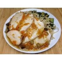 Filet de dinde mariné sauce soja, nouilles chinoises et courgettes