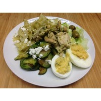 Salade verdé : Filet de poulet au pesto, courgettes, féta, laitue, œuf dur et farfalles
