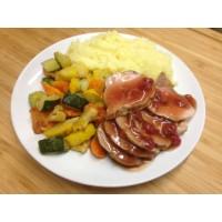 Filet mignon de porc aux groseilles, écrasé de pomme de terre et légumes grillés